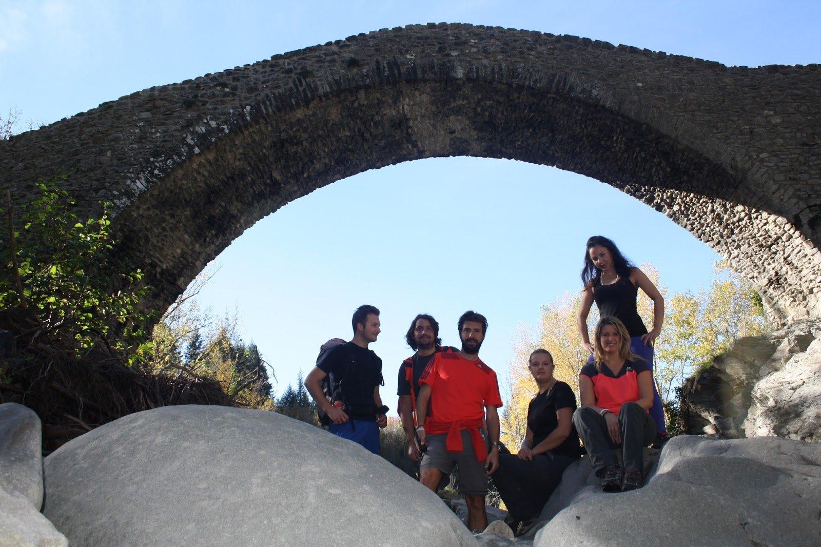 Pellegrini presso il ponte medievale di Groppodalosio