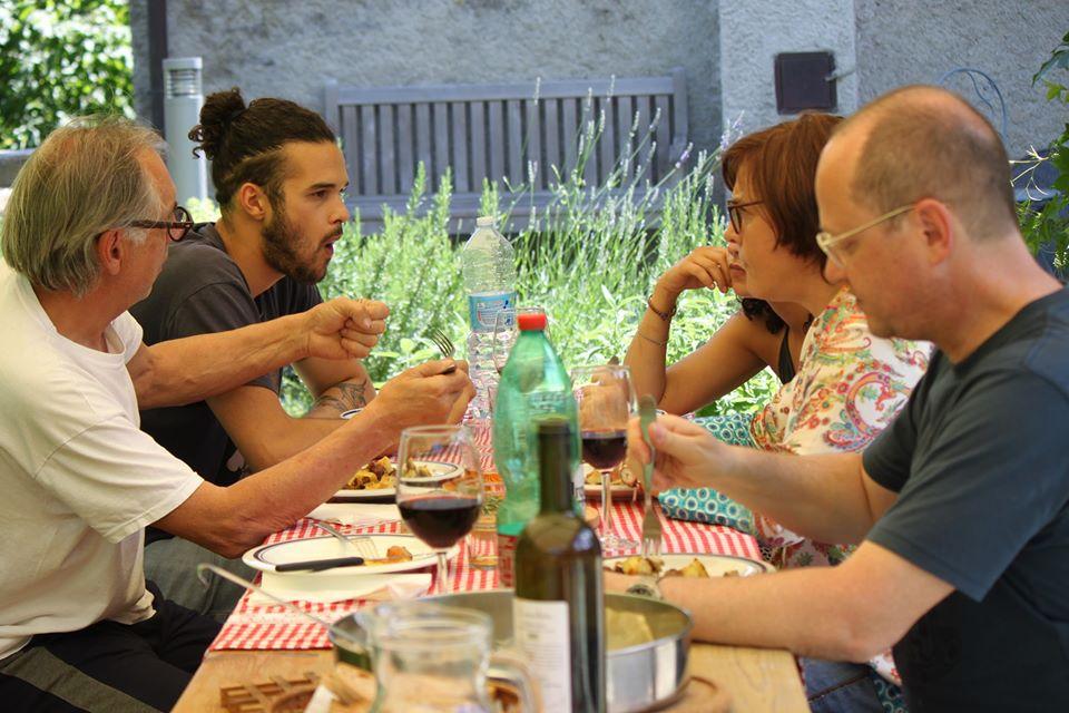 Pausa ristoratrice di un gruppo di persone in movimento lungo la via francigena