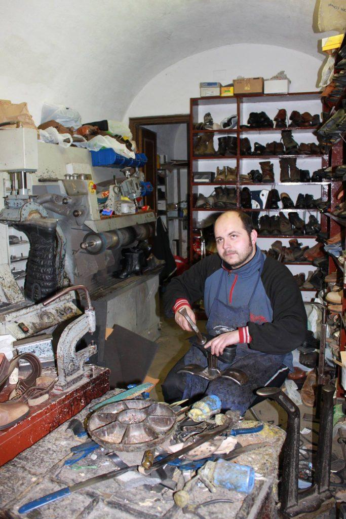 Via Francigena, chi risuola gli scarponi dei pellegrini? Cristian calzolaio a Pontremoli