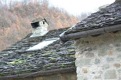 Caratteristici tetti in piagne lungo la Via Francigena nella tappa Passo della Cisa Pontremoli