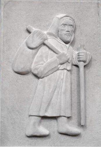 Formella in arenaria rappresentante il pellegrino