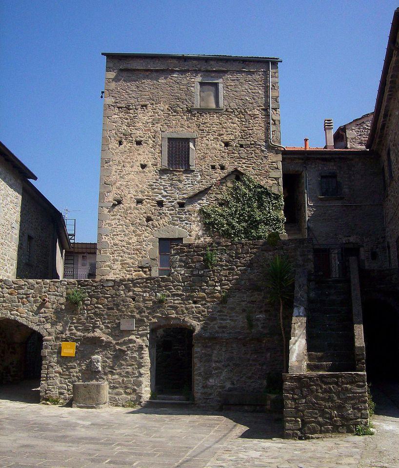 Caratteristica casa torre nel borgo di ponticello