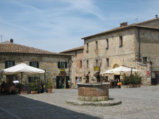 Monteriggioni la piazza del centro