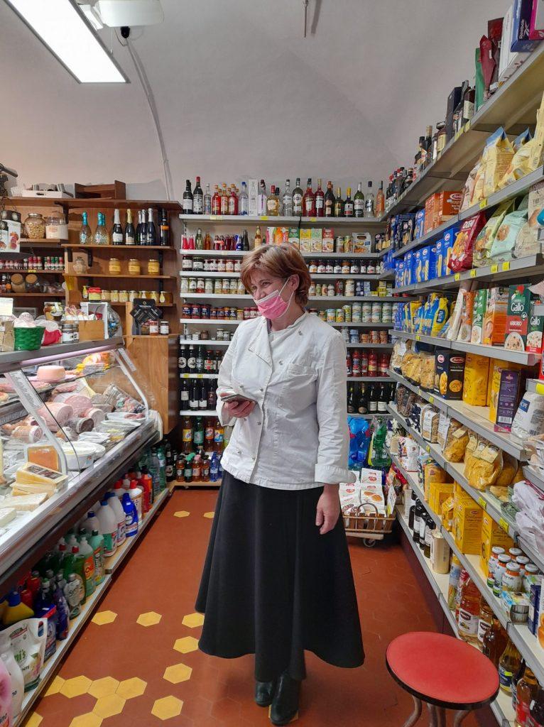 Valentina, guida turistica che gestisce il negozio di specialità locali Berceto in tavola
