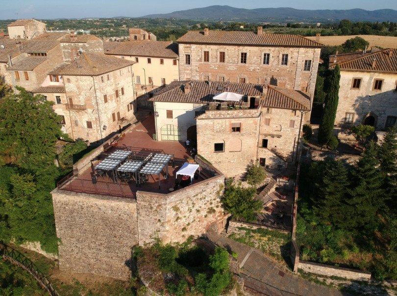 Via Francigena toscana: terrazza panoramica del ristorante l'Angolo di Sapia a Colle Val d'Elsa